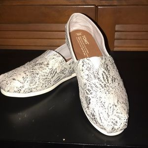 NWOT TOMS silver lace